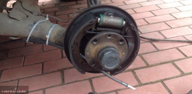 Заводим трос ручника в тормозной барабан ВАЗ-2112