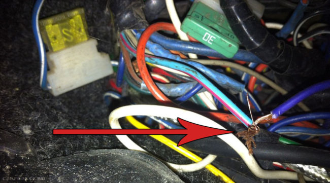 Обрыв проводки на лампочку давления масла в панели приборов в монтажном блоке