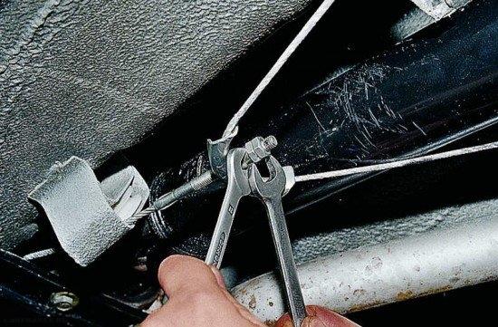 Натяжение регулировочной гайки стояночного тормоза на ВАЗ-2112