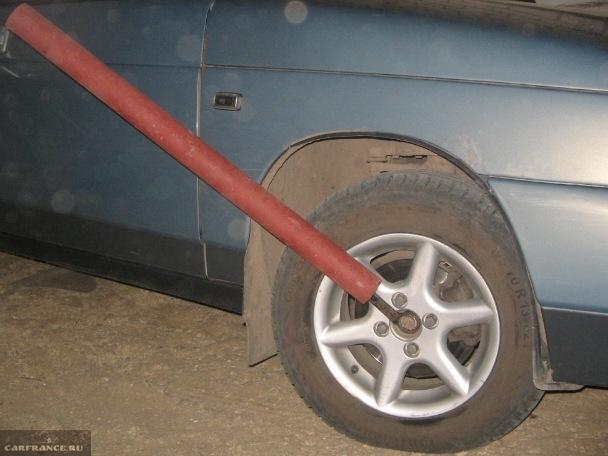 Ослабляем гайку ступицы удлиненным ключом на ВАЗ-2112