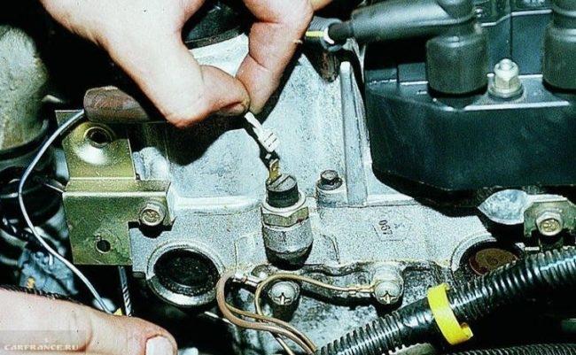 Отключаем провод питания ВАЗ-2112