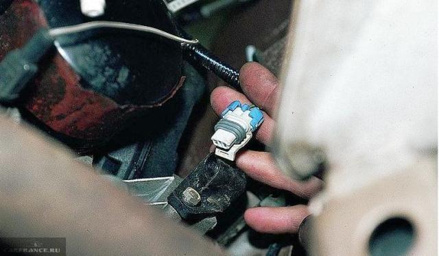 Отключаем колодку питания датчика коленвала ВАЗ-2112