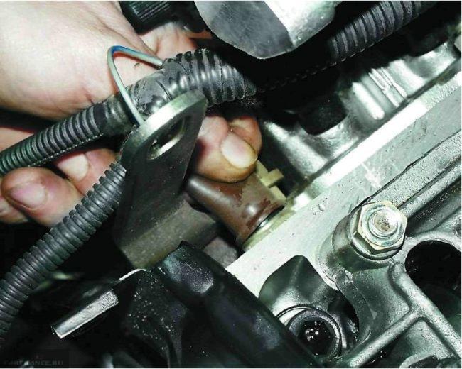 Снимаем датчик давления масла ВАЗ-2112