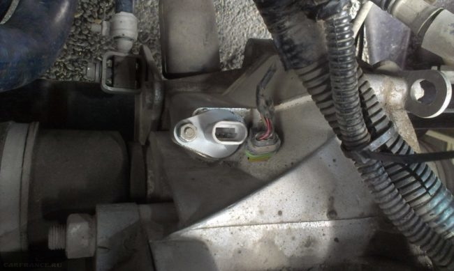 Демонтаж фишки проводов с датчика скорости на ВАЗ-2112