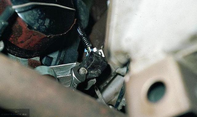 Откручиваем датчик коленвала ВАЗ-2112