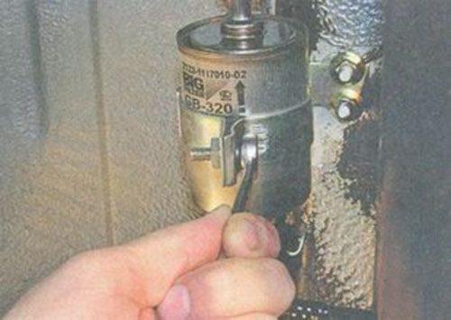 Откручиваем хомут крепления для демонтажа фильтра 2112