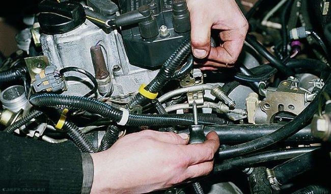 Демонтируем кронштейн топливных трубок ВАЗ-2112