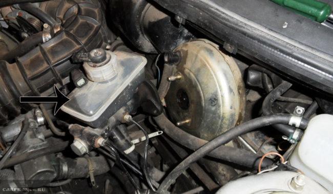 Демонтаж бачка главного тормозного цилиндра на ВАЗ-2112