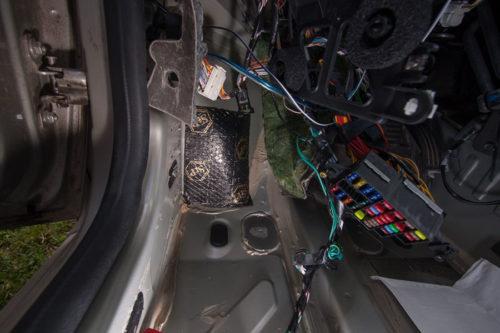 Оклейка шумоизоляцией под панелью приборов на Рено Дастер