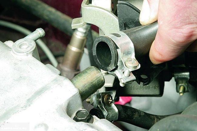 Патрубок вентиляции картера отсоединенный от клапанной крышки ВАЗ-2112