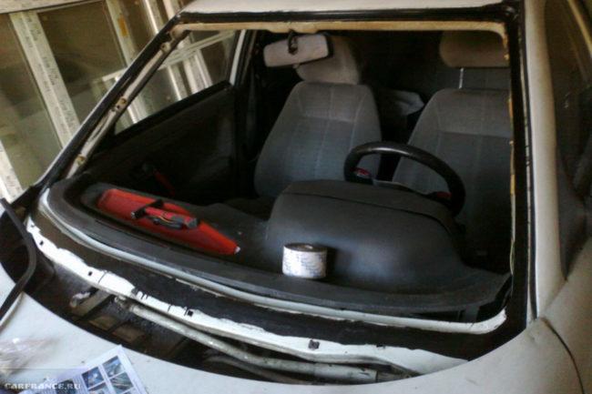 Зачищаем кузов в местах установки нового лобового стекла на ВАЗ-2112