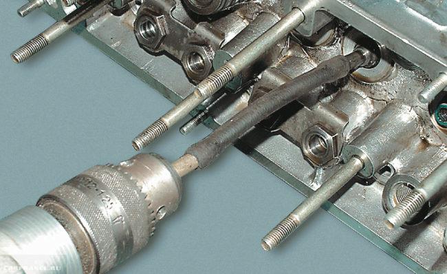 Чистка и притирка посадочного места для ремонтной направляющей втулки ВАЗ-2112
