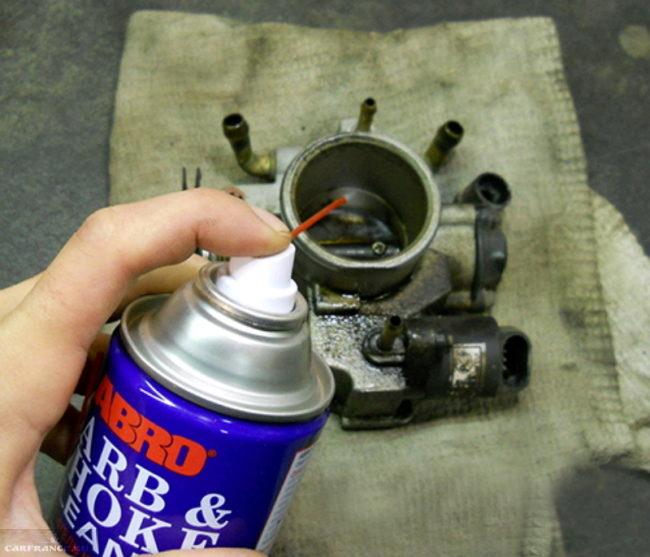Промывка дроссельного узла при помощи жидкости для чистки карбюратора