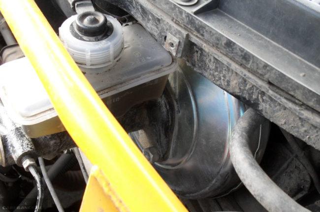 Расположение вакуумного усилителя под капотом ВАЗ-2112
