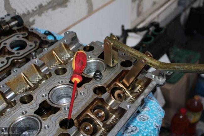При помощи специнструмента рассухариваем клапана ВАЗ-2112