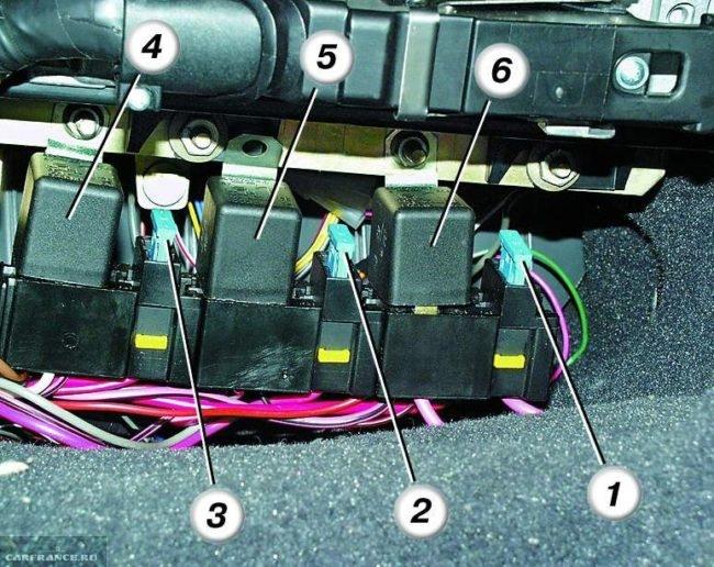 Реле вентилятора ВАЗ-2112 в дополнительном блоке предохранителей