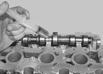 В шприц набираем масло и льем небольшими дозами на кулачки и шейки распредвалов ВАЗ-2112