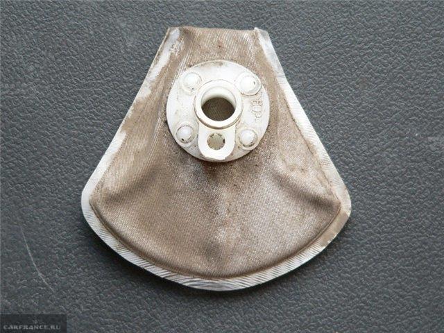 Загрязненная сетка-фильтр бензонасоса ВАЗ-2112