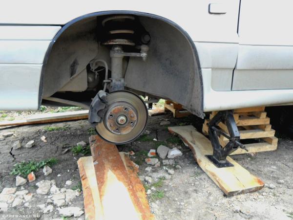 ВАЗ-2112 со снятым колесом