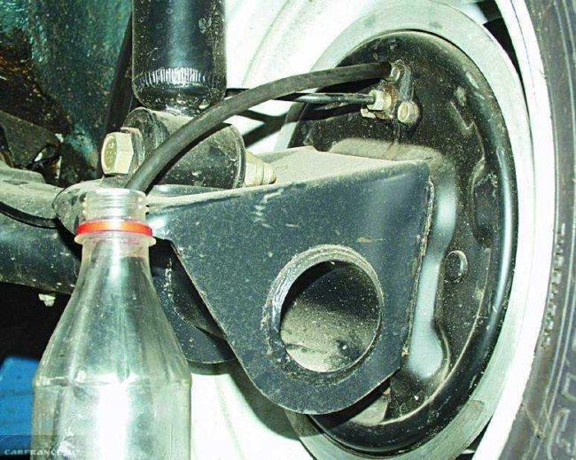 Сливаем старую тормозную жидкость в баклажку на ВАЗ-2112