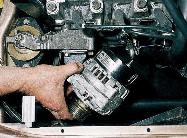 Демонтируем генератор ВАЗ-2112 и выводим его через низ