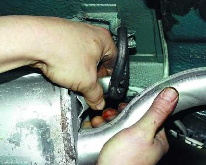 Демонтируем фиксирующие резинки глушителя ВАЗ-2112