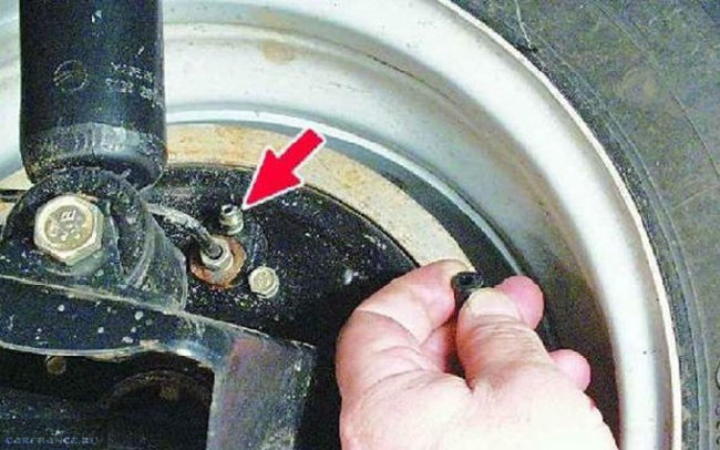 Снятие колпачка со штуцера тормозной системы для откачки на ВАЗ-2112