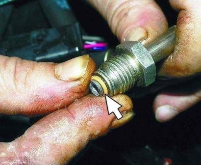 Демонтируем резиновый уплотнитель на топливной трубке бензонасоса ВАЗ-2112