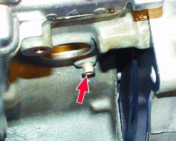 Ключом на 13 выкручиваем сливную пробку блока ВАЗ-2112