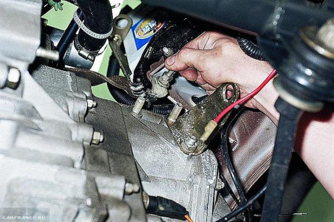 Вытаскиваем трос сцепления из кронштейна ВАЗ-2112