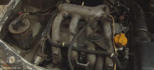 Двигатель ВАЗ-21120 с снятой крышкой видно стальной ресивер