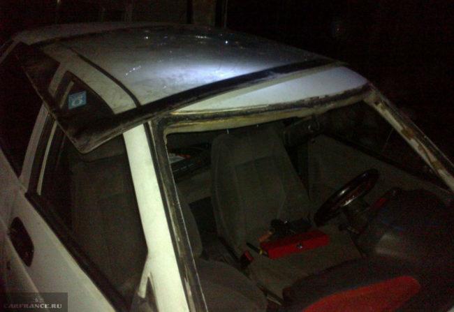 Снятое старое лобовое стекло на крыше ВАЗ-2112