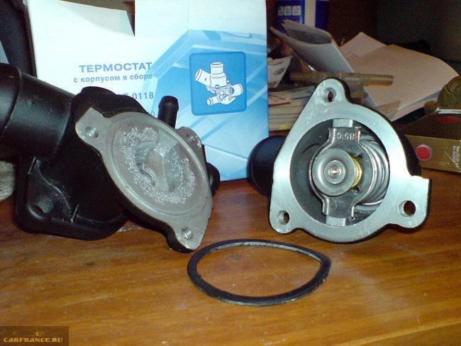 Термостат с корпусом в разобранном виде для Лады Калины
