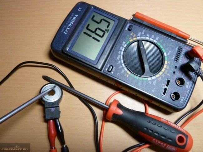 Проверить датчик детонации ВАЗ-2112 можно при помощи тестера