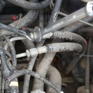 Откручиваем два топливных шланга на топливную рампу двигателя ВАЗ-2112