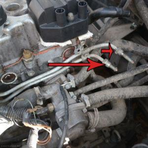 Шланги подачи топлива в топливную рампы ВАЗ-2112 сняты