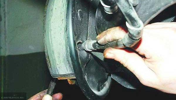 Демонтаж троса ручника из барабана