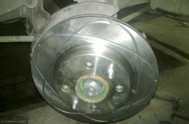 Тормозной диск на ВАЗ-2112 с перфорацией и канавками
