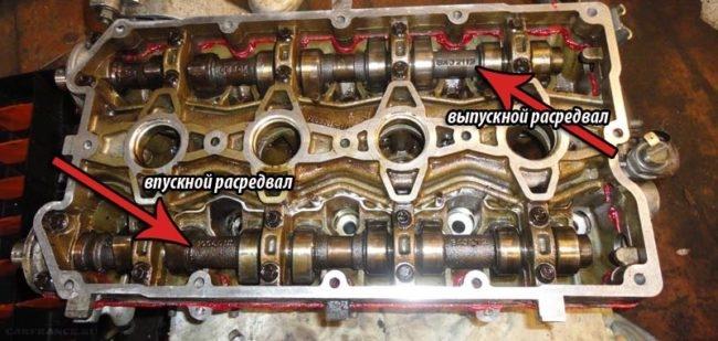 Двигатель ВАЗ-2112 с снятой клапанной крышкой видны выпускной и впускной распредвалы