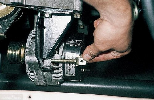 Снимаем регулировочный болт генератора ВАЗ-2112