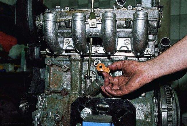Вынимаем датчик с крепления ВАЗ-2112