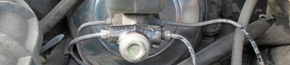 Вакуумный усилитель тормозов вблизи под капотом на ВАЗ-2112