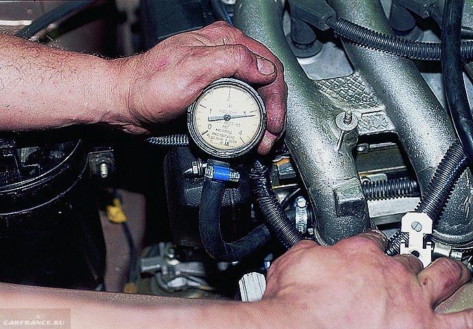 4 отсоедините вакуумный шланг от регулятора давления