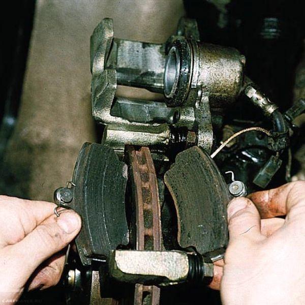 Демонтаж старых колодок ВАЗ-2112