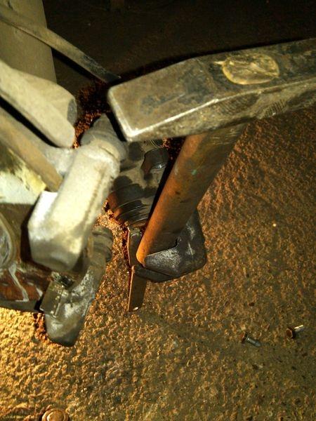Поршень тормозного механизма утапливается молотком на суппорте ВАЗ-2112
