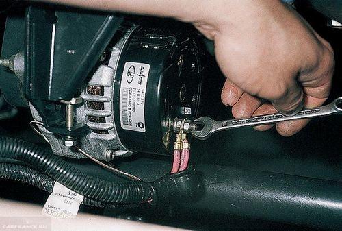 Проводим демонтаж проводов с генератора ВАЗ-2114