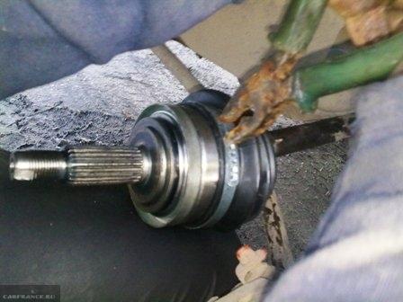 Снимаем пыльник гранаты плоскогубцами ВАЗ-2114