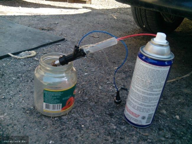Форсунка вставлена в шприц и подсоединена проводами к аккумулятору