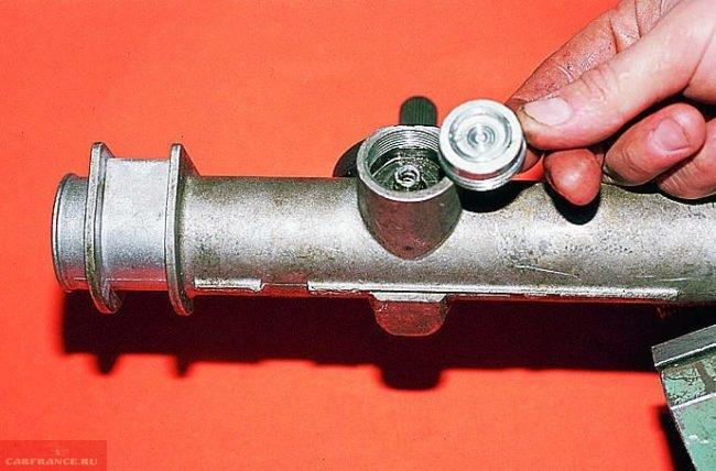 Гайка, пружина и фиксирующее кольцо рулевой рейки ВАЗ-2112