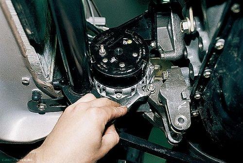 Нижний болт крепления генератора к двигателю на ВАЗ-2114